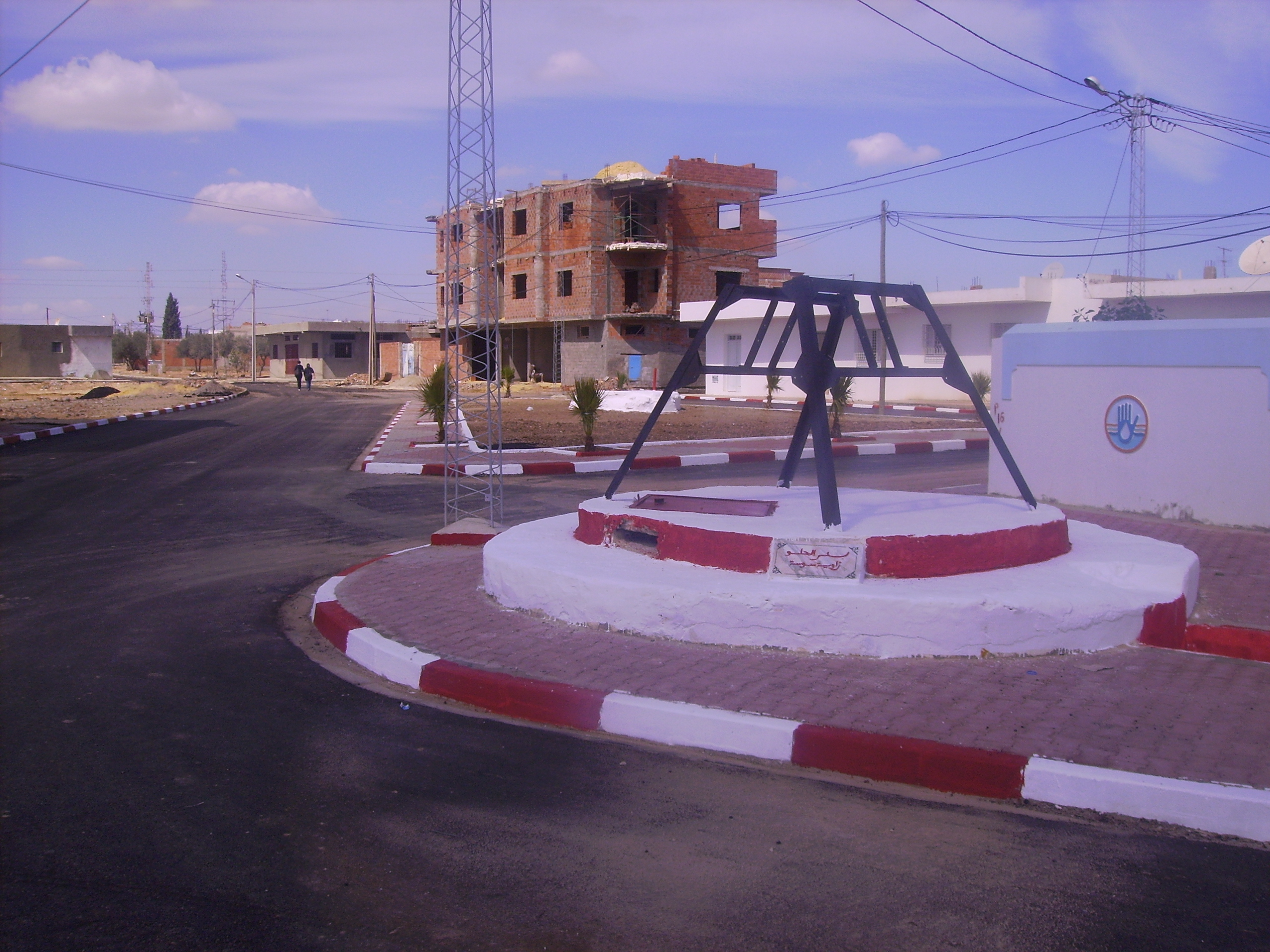 Le pavage de la route et la restauration des puits